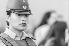 Retrato de la mujer de la policía de Carabinero en las calles de Santiago durante el día los 8M de las mujeres en Santiago de Chi imágenes de archivo libres de regalías