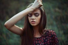 Retrato de la mujer preocupante joven Foto de archivo libre de regalías