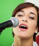 Retrato de la mujer que canta en el estudio de grabación fotos de archivo