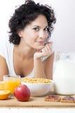Retrato de la mujer que desayuna en la mañana en cama en los vagos blancos Foto de archivo