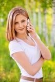 Retrato de la mujer que habla en el teléfono Imagen de archivo libre de regalías