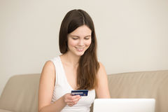Retrato de la mujer que hace compras en línea con la tarjeta de crédito Imagen de archivo