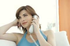 Retrato de la mujer que hace una llamada de teléfono Imágenes de archivo libres de regalías