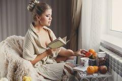 Retrato de la mujer que lee el libro Imagen de archivo libre de regalías