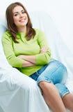 Retrato de la mujer que miente en el sofá Foto de archivo libre de regalías