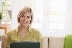 Retrato de la mujer que mira el ordenador portátil foto de archivo libre de regalías