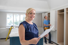Retrato de la mujer que mira los planes para la nueva cocina de lujo imágenes de archivo libres de regalías