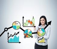 Retrato de la mujer que señala el esquema de la optimización del negocio Esquema colorido del proceso de negocio sobre el vidrio  ilustración del vector