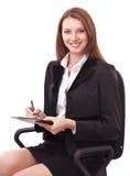 Retrato de la mujer que se sienta en una silla y una escritura. Fotos de archivo