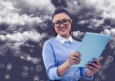 Retrato de la mujer que sostiene la tableta digital con los iconos de conexión y la nube en fondo Imagen de archivo libre de regalías