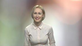 Retrato de la mujer de risa hermosa joven almacen de video
