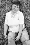 Retrato de la mujer roja madura sonriente del pelo en heno Negro y pizca Foto de archivo libre de regalías