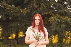 Retrato de la mujer romántica en bosque Fotos de archivo