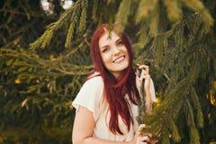 Retrato de la mujer romántica en bosque Foto de archivo