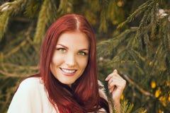 Retrato de la mujer romántica en bosque Imagenes de archivo