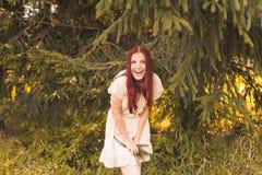 Retrato de la mujer romántica en bosque Fotos de archivo libres de regalías