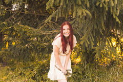 Retrato de la mujer romántica en bosque Fotografía de archivo
