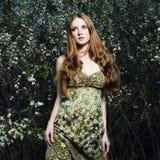 Retrato de la mujer romántica en un jardín del verano Fotos de archivo libres de regalías
