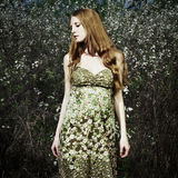 Retrato de la mujer romántica en un jardín del verano Imagen de archivo