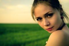 Retrato de la mujer romántica seria del beautyl fotografía de archivo libre de regalías