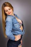 Retrato de la mujer rubia atractiva fotografía de archivo