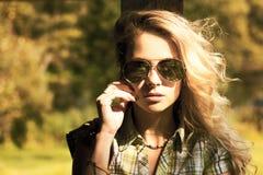 Retrato de la mujer rubia con las gafas de sol Imagenes de archivo