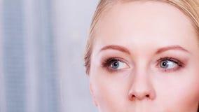 Retrato de la mujer rubia con los ojos azules grises Imagen de archivo