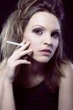 Retrato de la mujer rubia de la belleza con el cigarrillo Imágenes de archivo libres de regalías