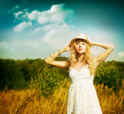 Retrato de la mujer rubia en el prado del verano Imágenes de archivo libres de regalías