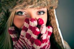 Retrato de la mujer rubia en ropa del invierno Foto de archivo