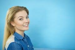 Retrato de la mujer rubia feliz que sonríe con alegría Imagen de archivo libre de regalías