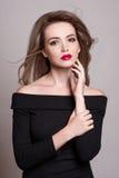 Retrato de la mujer rubia hermosa con el peinado rizado y el maquillaje brillante, piel perfecta, skincare, balneario, cosmetolog Fotos de archivo libres de regalías