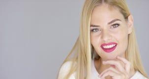 Retrato de la mujer rubia hermosa con los labios rojos metrajes