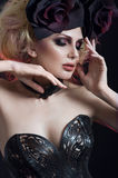 Retrato de la mujer rubia hermosa en corsé atractivo oscuro Fotos de archivo