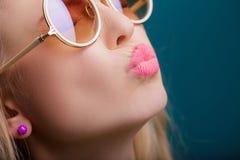 Retrato de la mujer rubia hermosa en gafas de sol en fondo azul Verano despreocupado Cierre para arriba fotografía de archivo libre de regalías