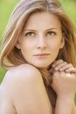 Retrato de la mujer rubia hermosa joven Foto de archivo