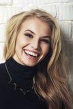 Retrato de la mujer rubia hermosa joven sonriente alegre feliz Foto de archivo
