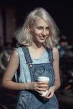 Retrato de la mujer rubia joven adolescente caucásica hermosa de la muchacha del modelo alternativo en la camiseta azul, mameluco Imagenes de archivo