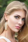 Retrato de la mujer rubia joven hermosa al aire libre imagen de archivo libre de regalías