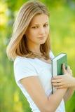 Retrato de la mujer rubia joven hermosa con el libro Fotografía de archivo