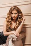 Retrato de la mujer rubia joven maravillosa con el pelo largo que mira la cámara joyería Foto de archivo libre de regalías