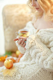 Retrato de la mujer rubia joven muy linda en un suéter de punto blanco Fotos de archivo libres de regalías