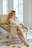 Retrato de la mujer rubia joven muy linda en un suéter de punto blanco Fotos de archivo
