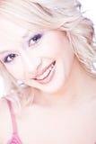 Retrato de la mujer rubia joven sonriente Fotos de archivo