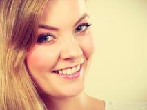 Retrato de la mujer rubia joven sonriente feliz Foto de archivo