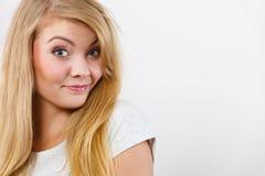 Retrato de la mujer rubia joven sonriente feliz Imágenes de archivo libres de regalías