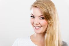Retrato de la mujer rubia joven sonriente feliz Imagenes de archivo