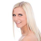 Retrato de la mujer rubia sonriente con los hombros desnudos Fotografía de archivo libre de regalías
