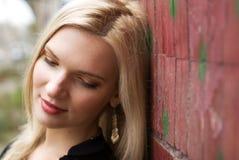 Retrato de la mujer rubia sonriente de los jóvenes Imágenes de archivo libres de regalías