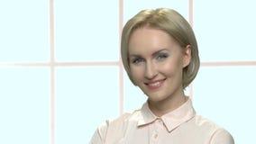 Retrato de la mujer rubia sonriente hermosa metrajes